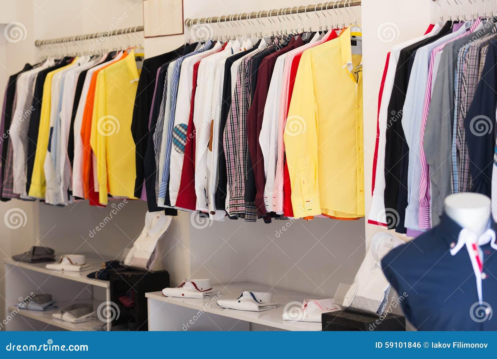 67e58ccb2f2 Magasin D habits Avec Des Chemises Des Hommes Sur Des Cintres Photo ...