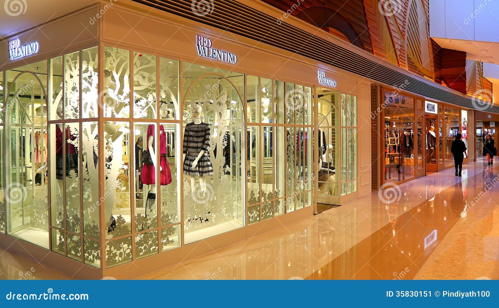 magasin d 39 habits rouge de vente au d tail de valentino photo ditorial image 35830151. Black Bedroom Furniture Sets. Home Design Ideas