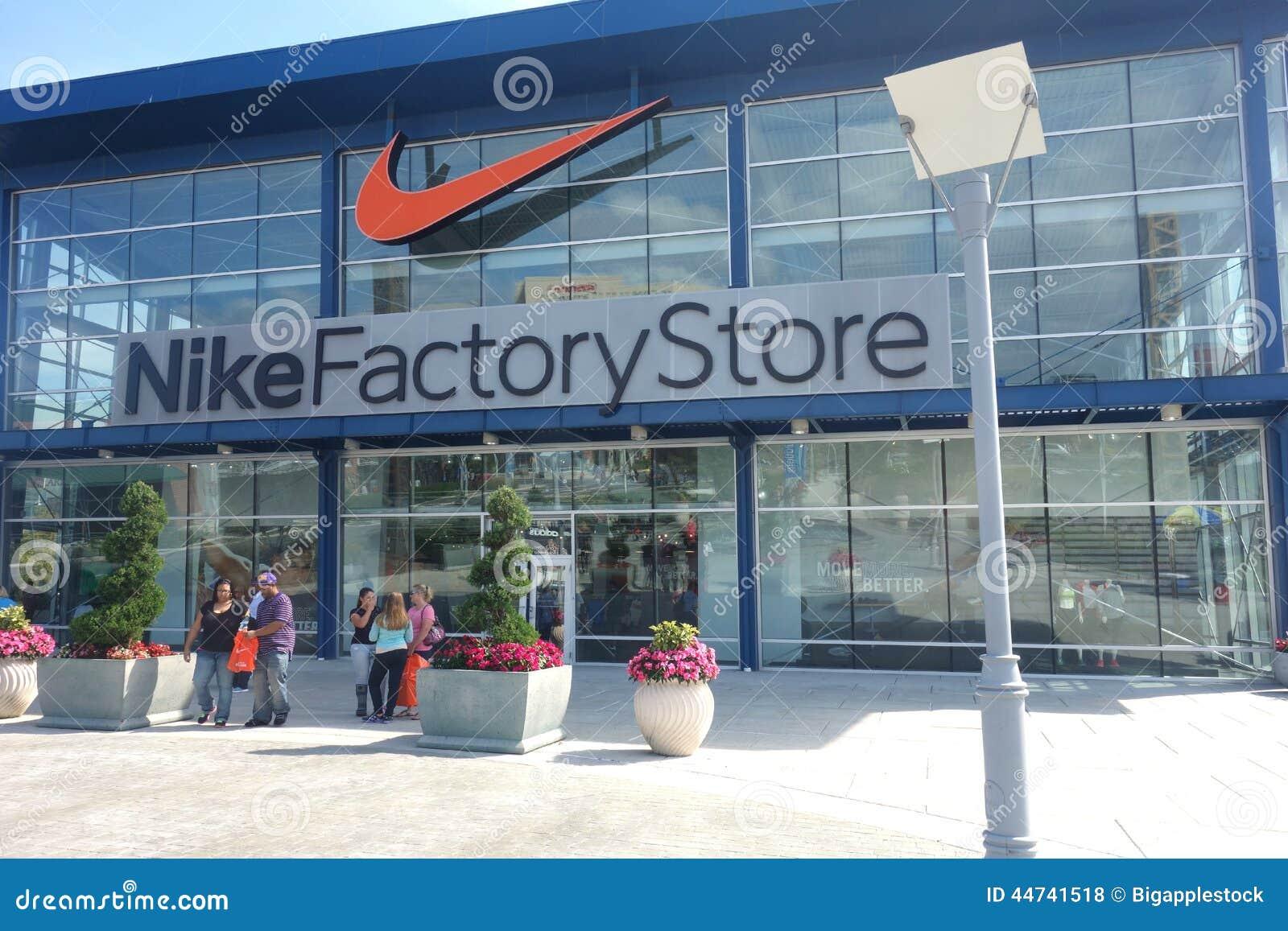 regard détaillé 0d31e e1bcc Magasin d'usine de Nike photo stock éditorial. Image du ...