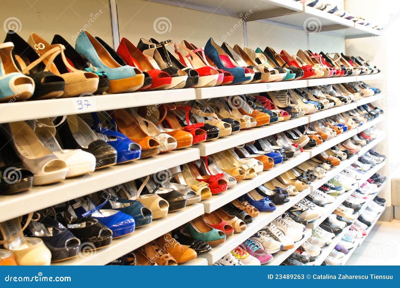 f763db36af6a30 Chaussures femelles sous la forme Milan de magasin de chaussures.  Différentes tailles et marques.