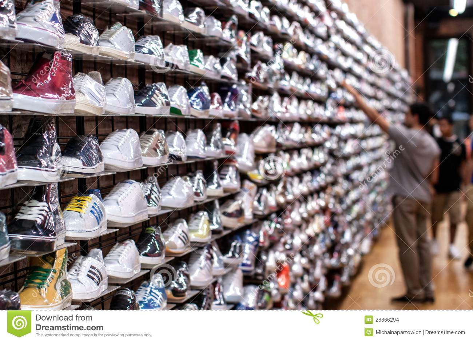 magasin de chaussures image stock ditorial image 28866294. Black Bedroom Furniture Sets. Home Design Ideas