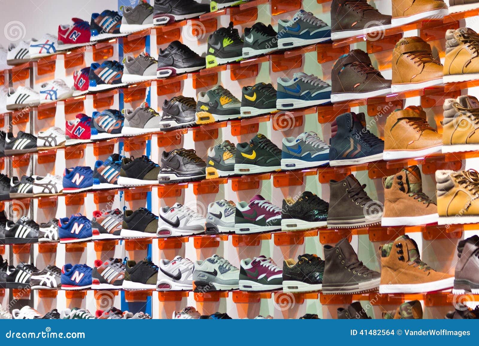 10ce13481c46 COLOGNE, ALLEMAGNE - 21 DÉCEMBRE : Mur avec des chaussures de sport dans un  magasin de chaussures le 21 décembre 2014 dedans à Cologne, Allemagne
