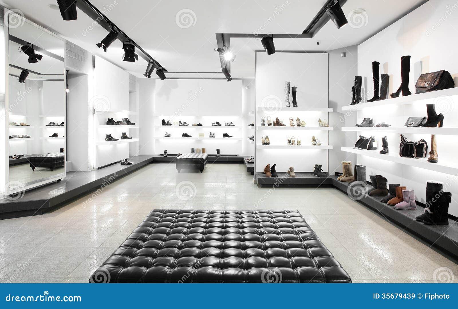 magasin de chaussures de luxe avec l 39 int rieur lumineux images libres de droits image 35679439. Black Bedroom Furniture Sets. Home Design Ideas