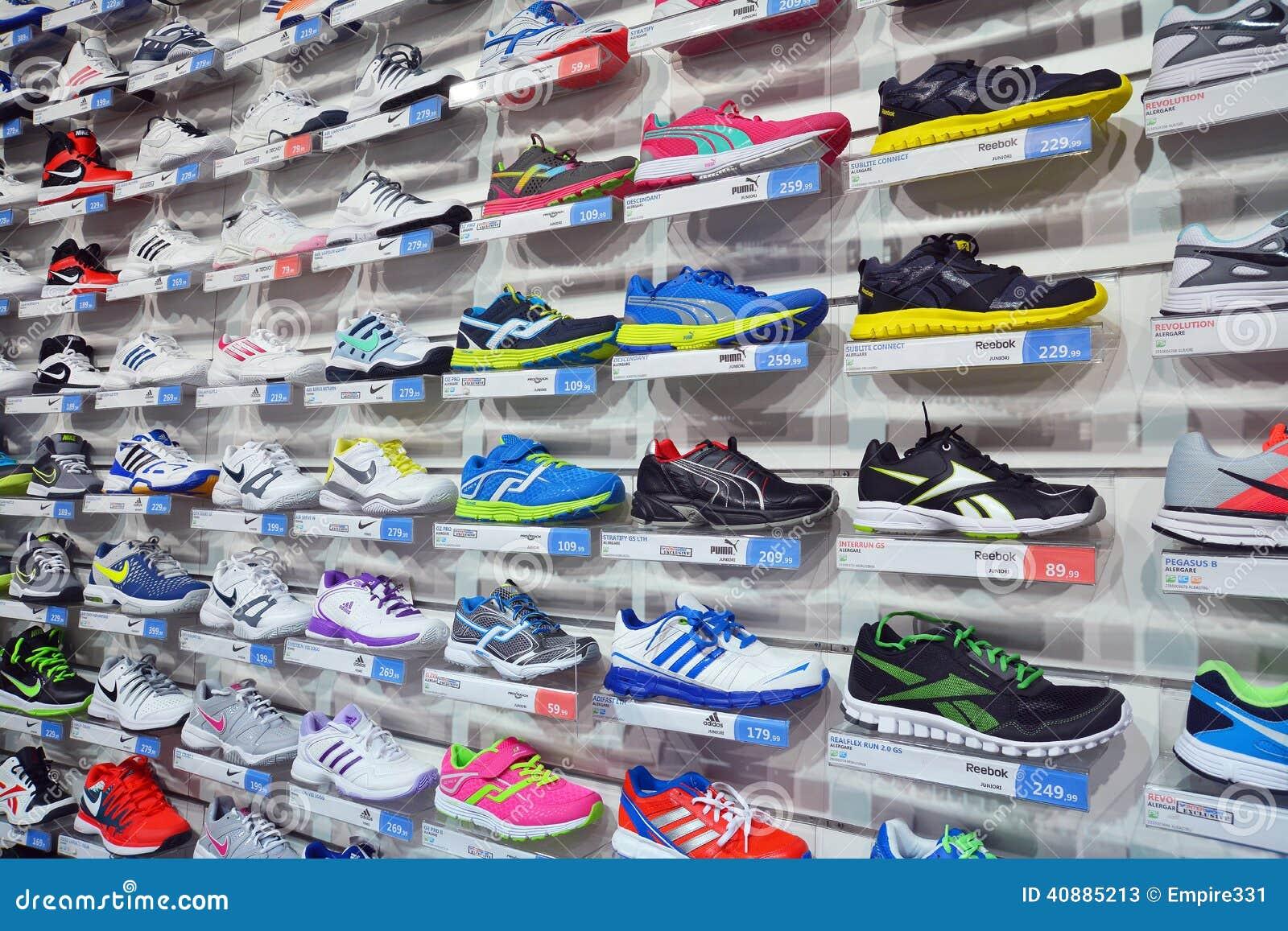 magasin de chaussures de sport photo stock ditorial image du chaussures ext rieur 40885213. Black Bedroom Furniture Sets. Home Design Ideas