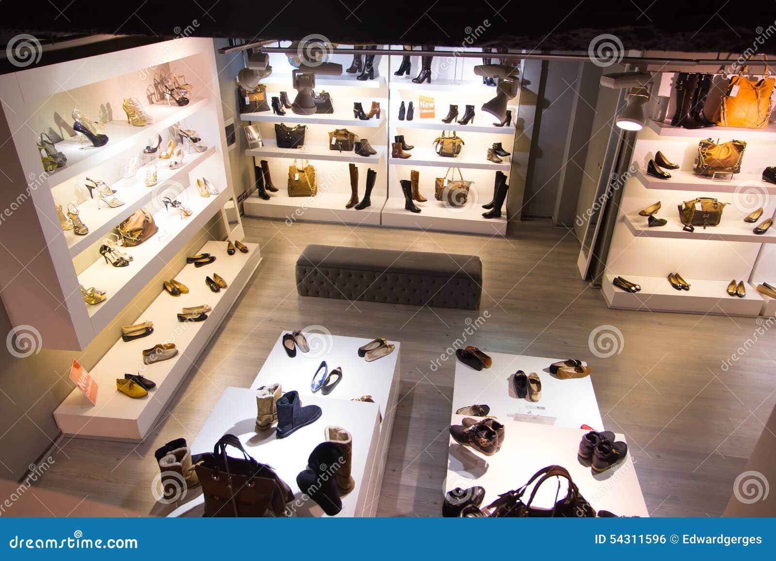 2985c897f66 Magasin De Chaussures Et D accessoires Photo stock - Image du ...