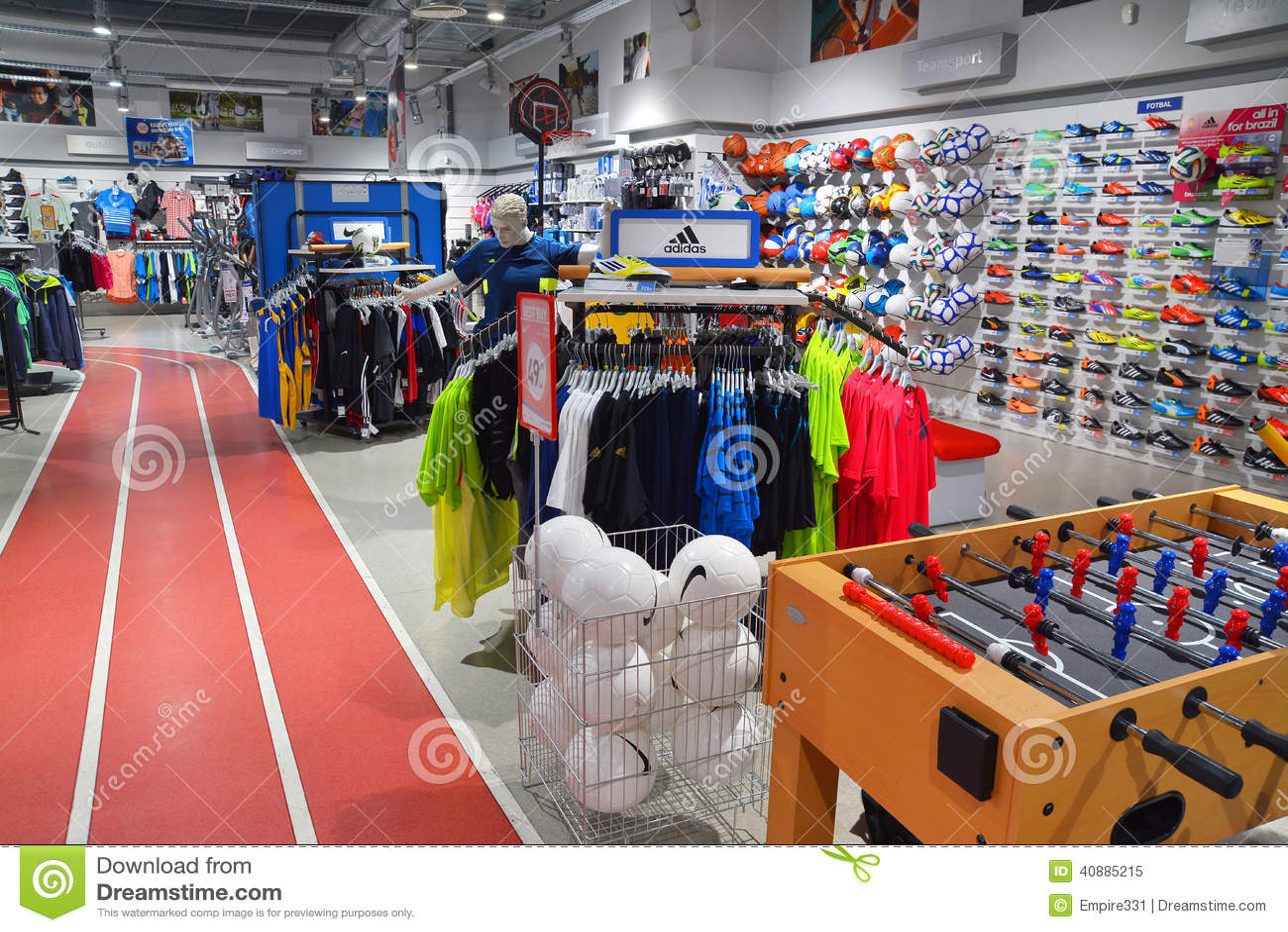 606f032cf9976 Magasin De Vêtements De Sport Image éditorial - Image du mémoire ...