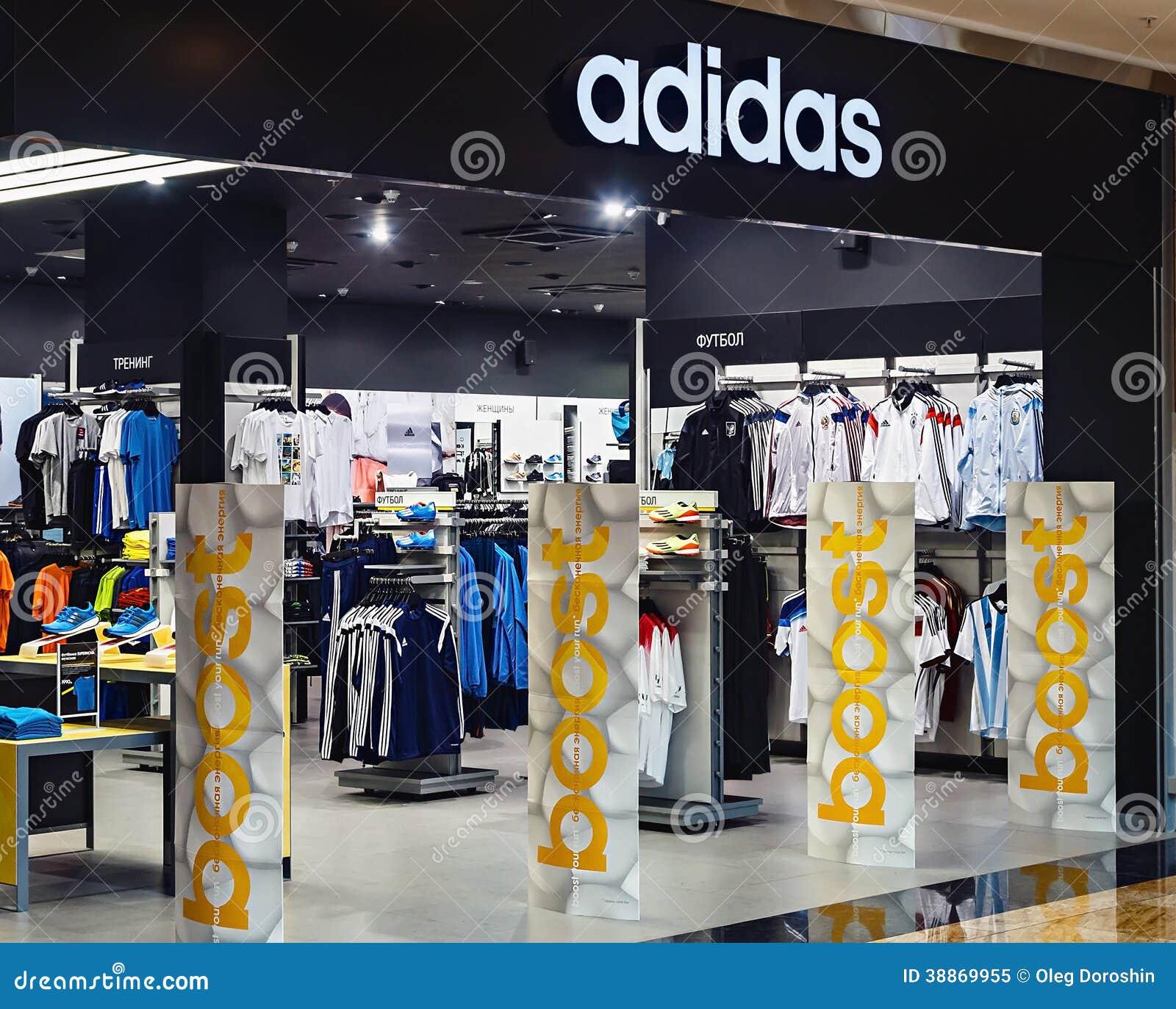 9670d45aa0 LA RUSSIE, MOSCOU - 10 MARS 2014 : Magasin de vêtements de sport d'Adidas.  Adidas AG est une société multinationale allemande qui conçoit et fabrique  des ...
