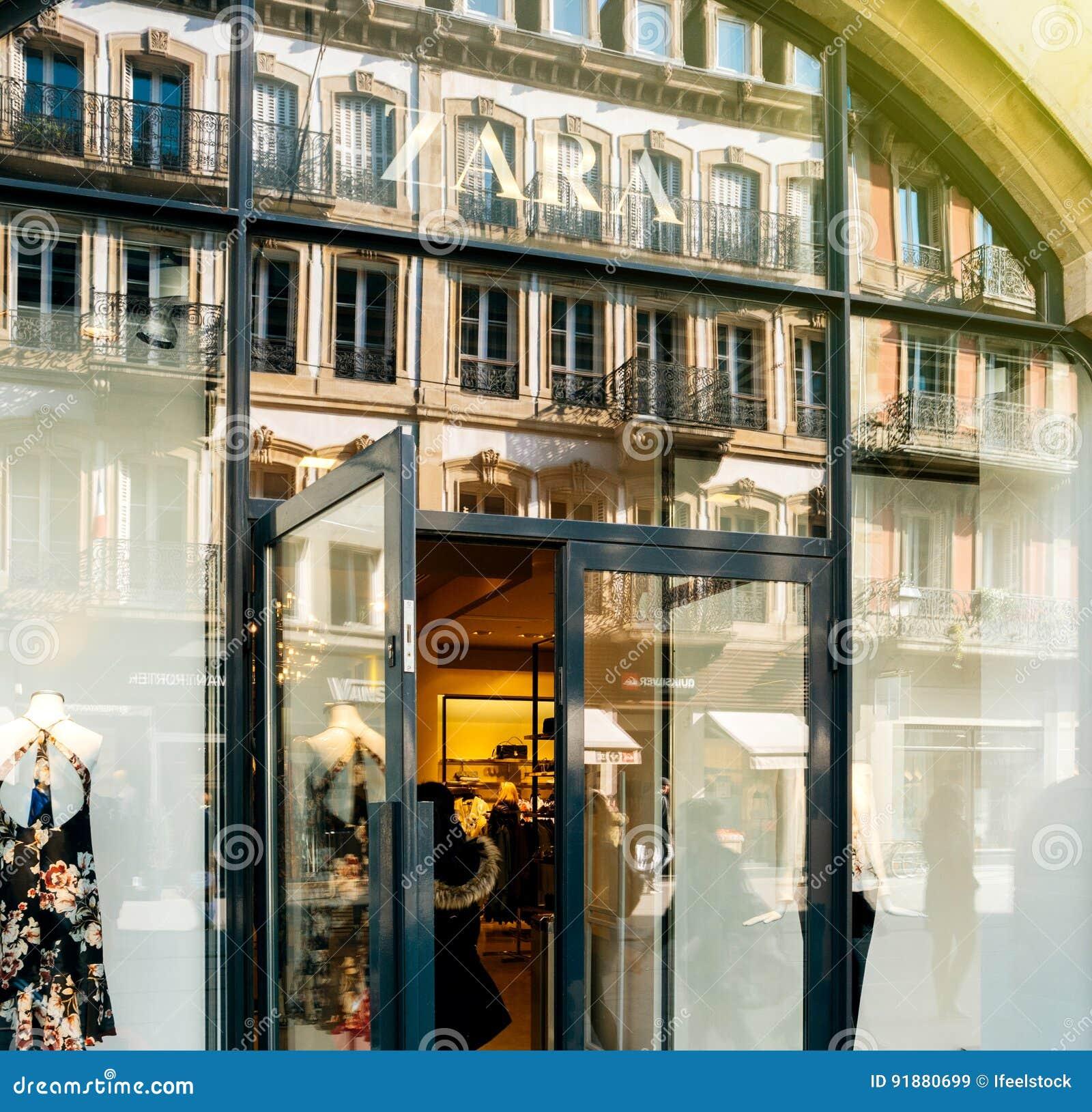 f042b86e12c8b Magasin Entrant De Femme D'entrée De Zara Store Image stock ...