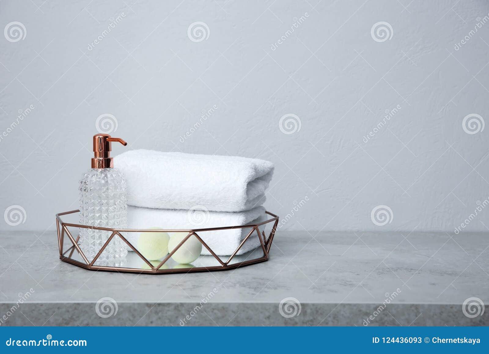 Magasin med handdukar och toalettartiklar på tabellen