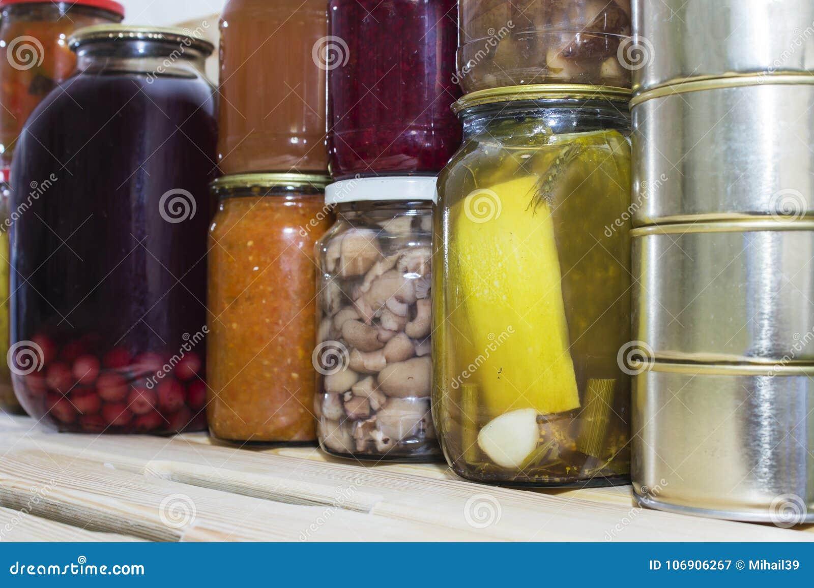 Magazyn odkłada w śpiżarni z domowej roboty konserwować utrzymanymi owoc i warzywo