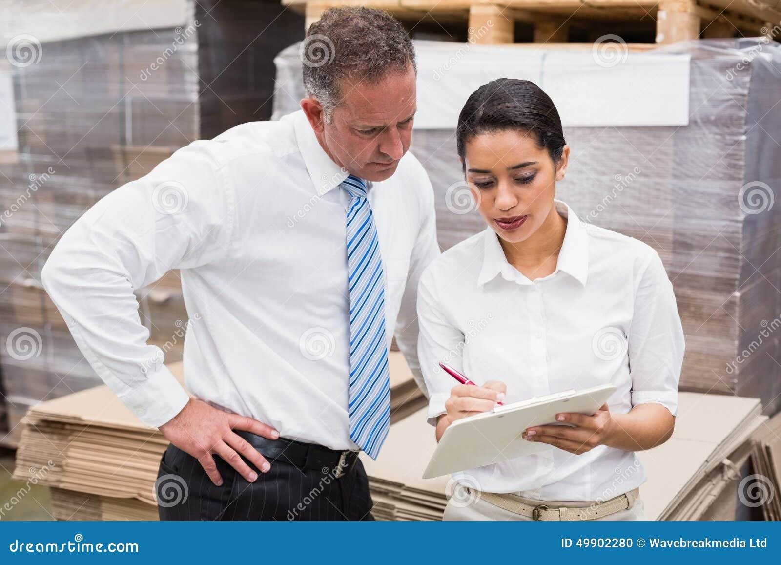Magazynowy kierownik i jej szef pracuje wpólnie