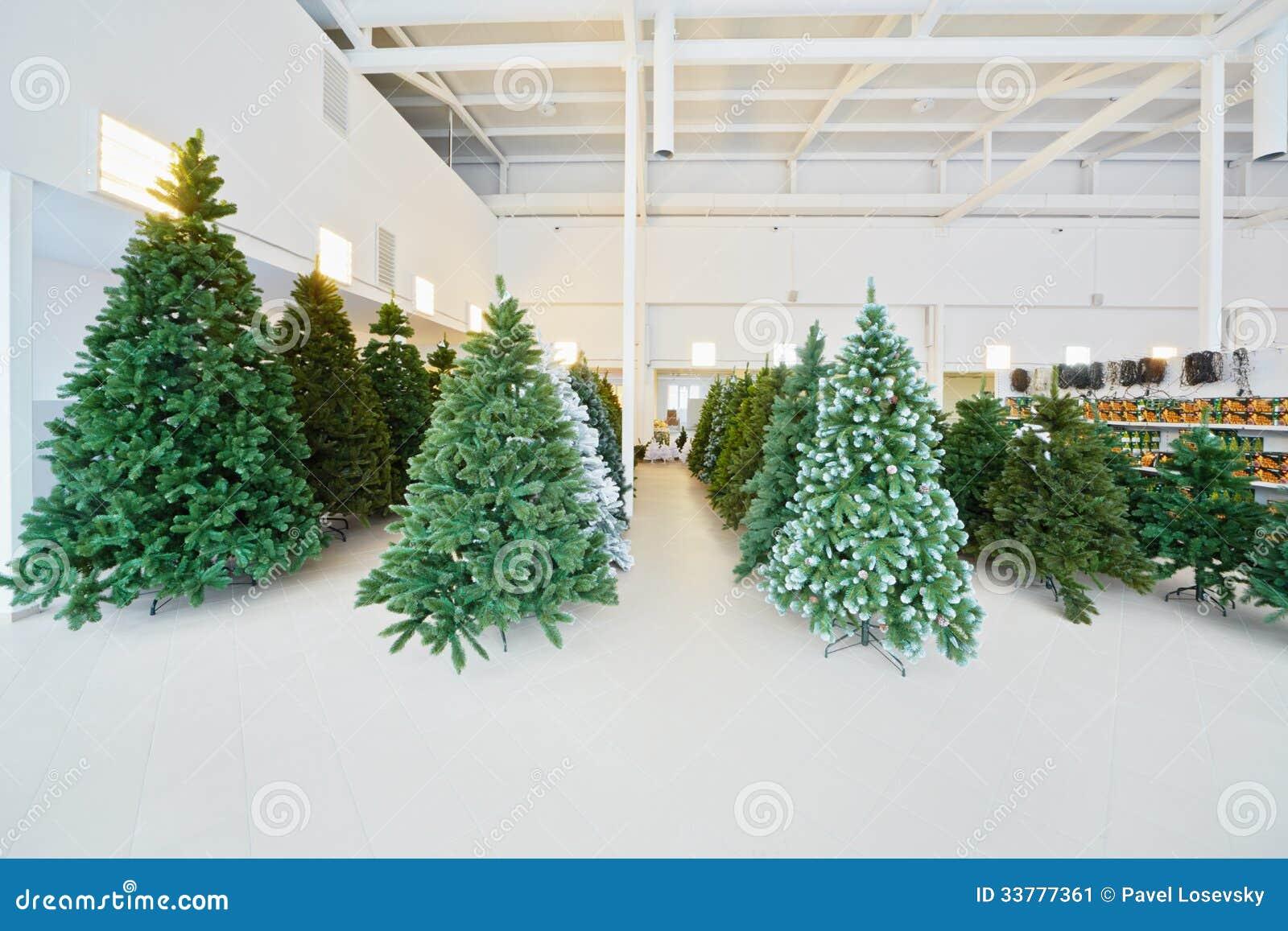 Magazzino con le file degli alberi di natale artificiali for Alberi natale artificiali