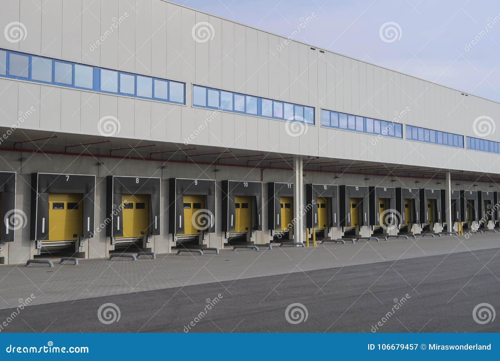 Magazzino per i camion con i numeri