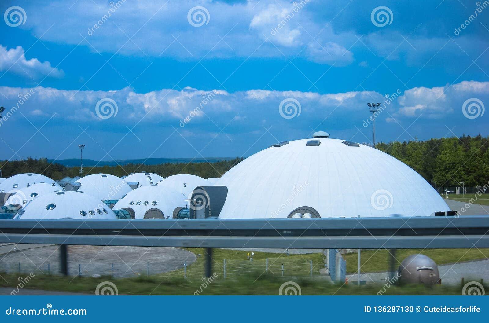 Magazzino sotto forma di UFOs
