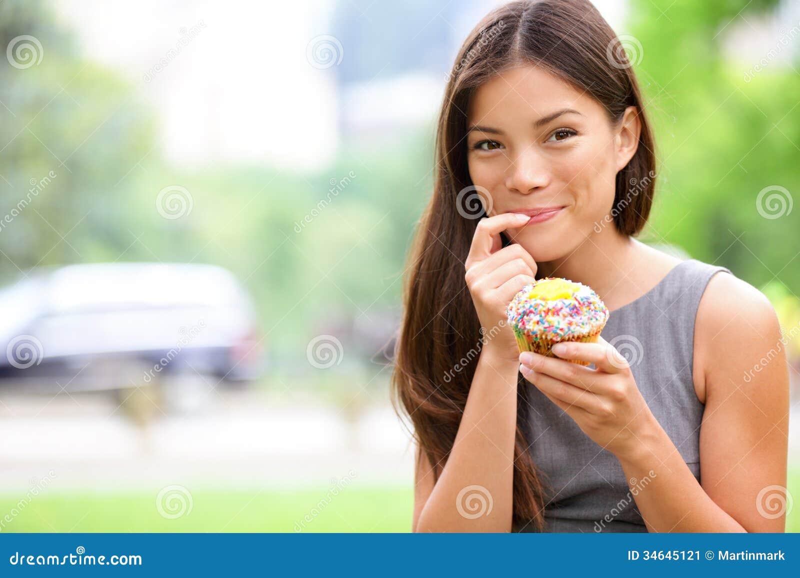 Magdalena - mujer que come las magdalenas en Nueva York