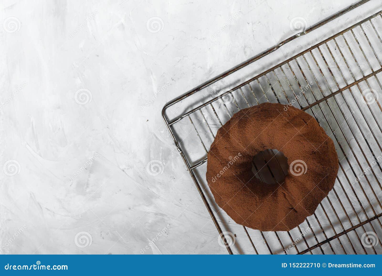 Magdalena recientemente cocida en un fondo concreto gris Torta de la pasta del chocolate