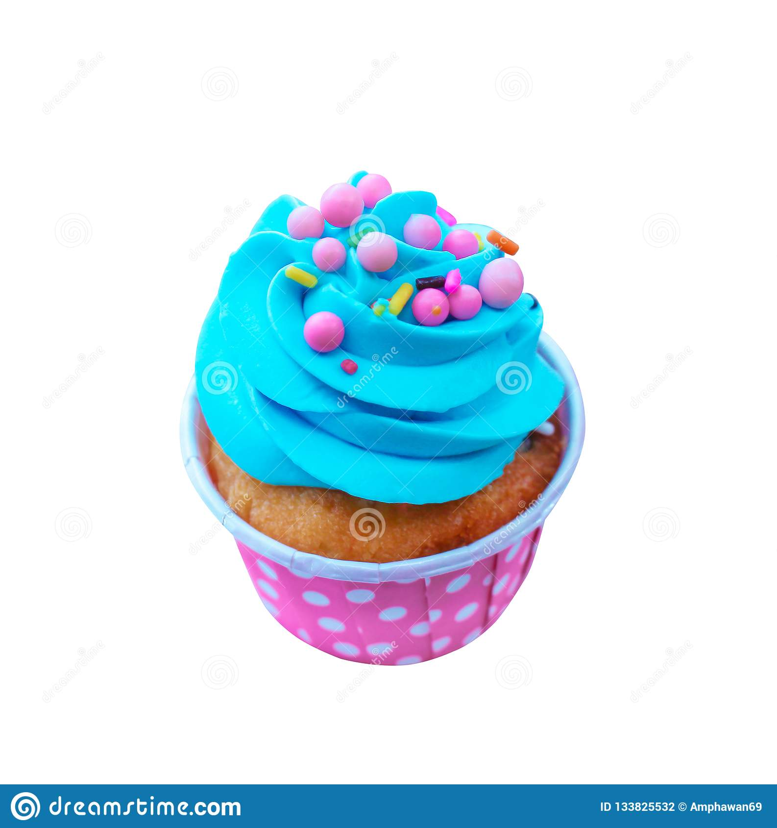 Magdalenas coloridas del día de fiesta con crema azotada azul y el desmoche multicolor en la taza de papel viva rosada aislada en