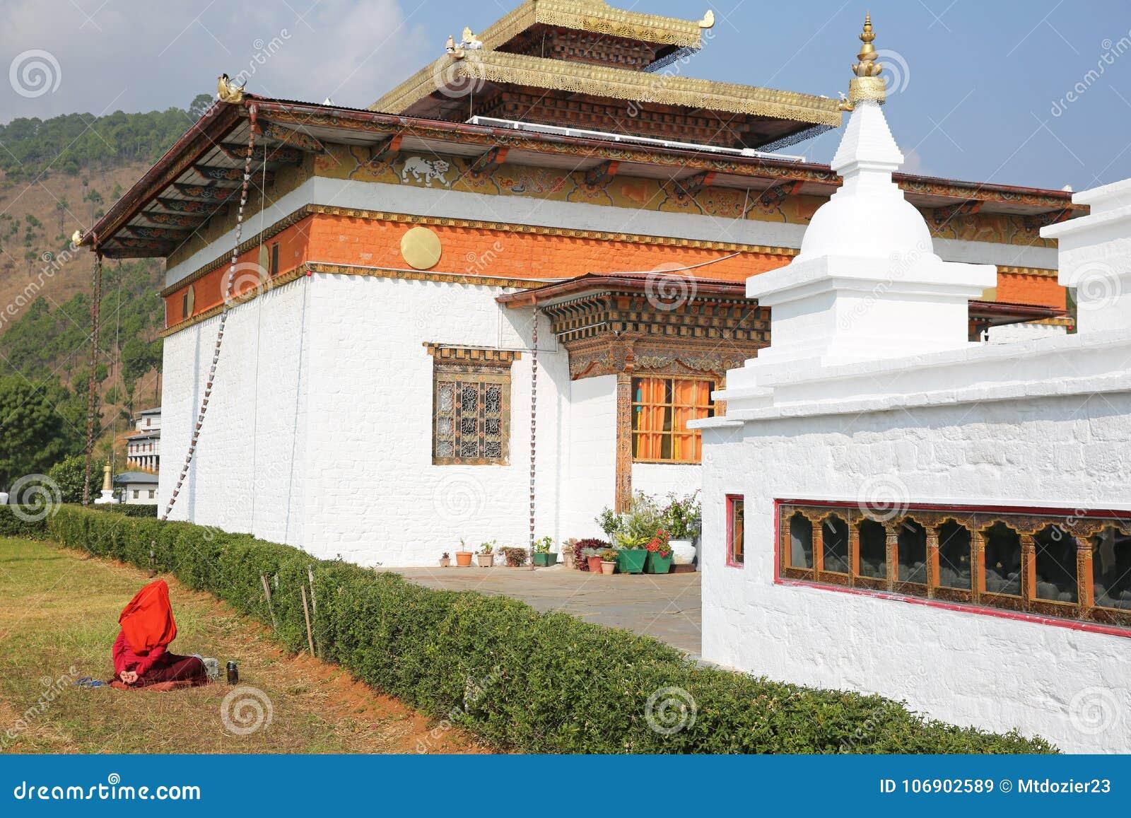 Magdalenek skandowania Przed Buddist świątynią w Bhutan
