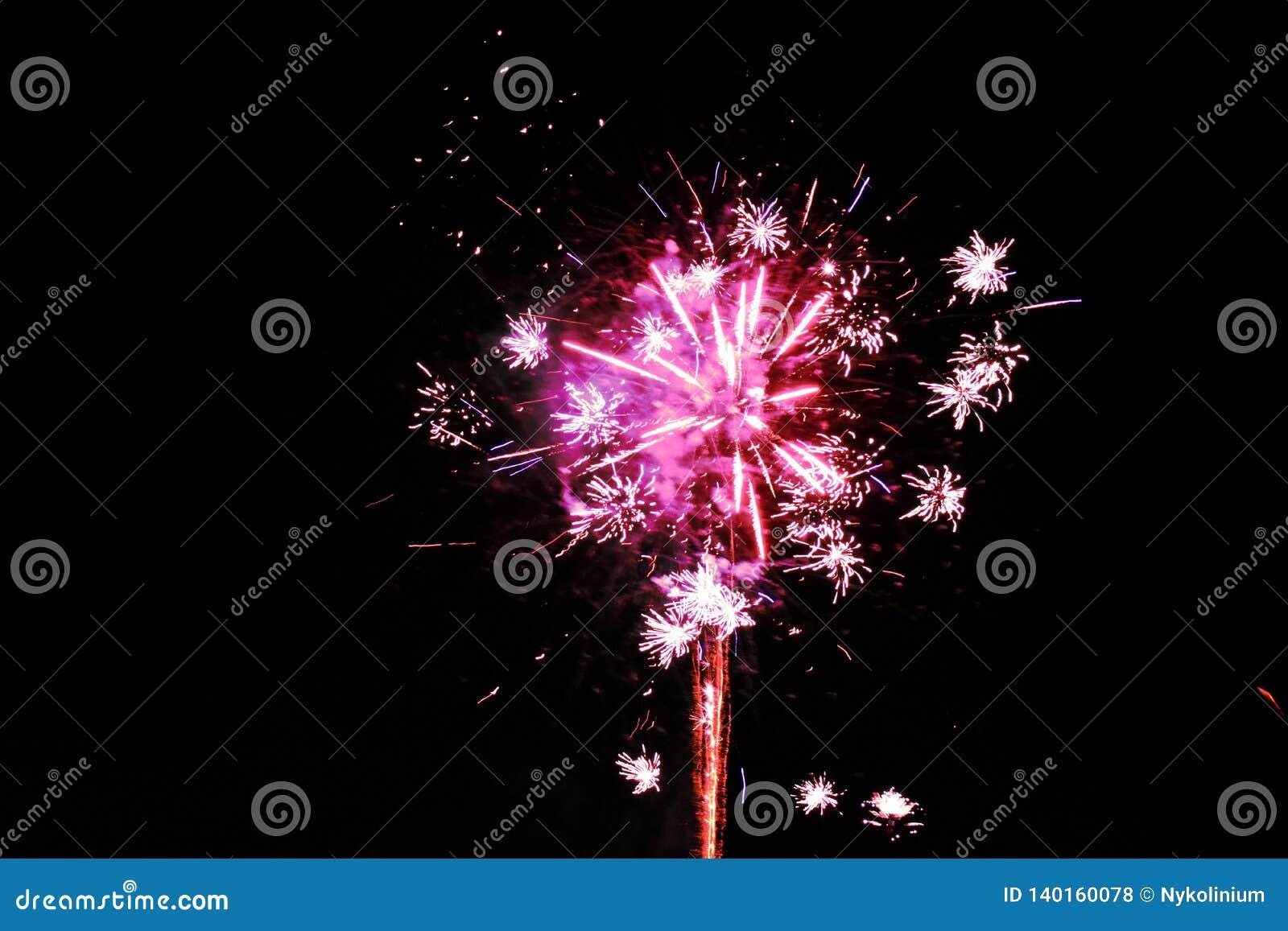 Magentarote rosa Feuerwerke lokalisiert auf einem dunklen Nachthintergrund