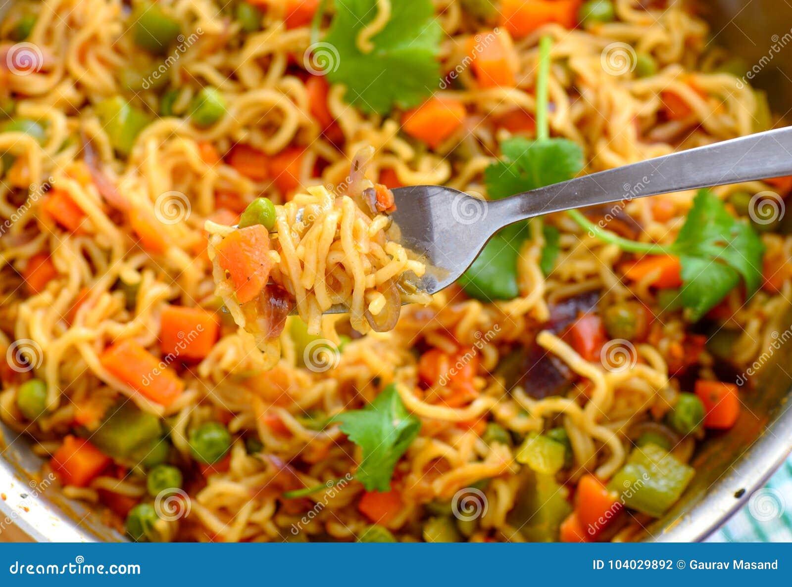 Maggi kluski gotujący z warzywami