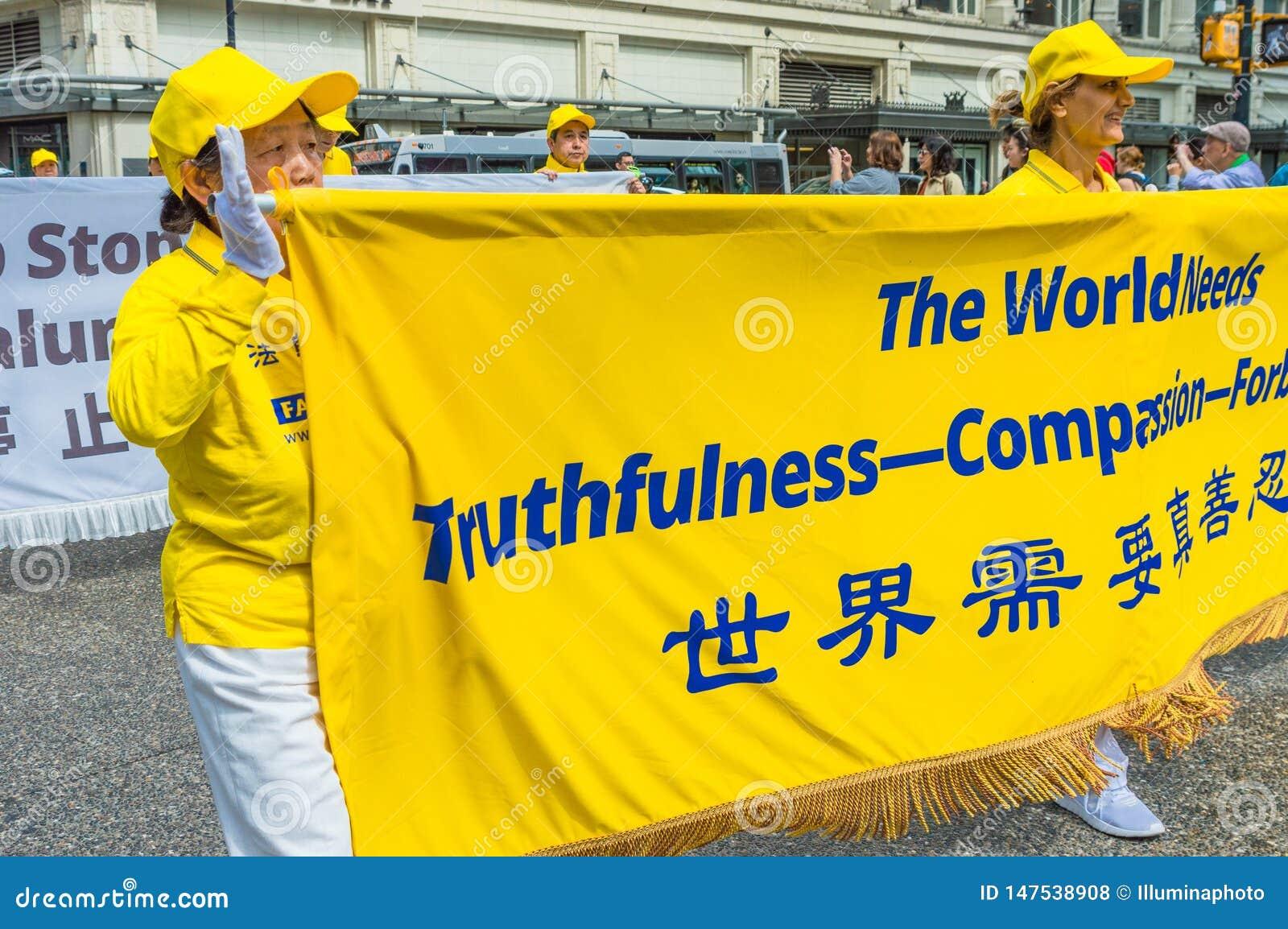 12 maggio 2019 - Vancouver, Canada: Membri di Falun Dafa nella parata tramite le vie della citt? sulla festa della Mamma 2019