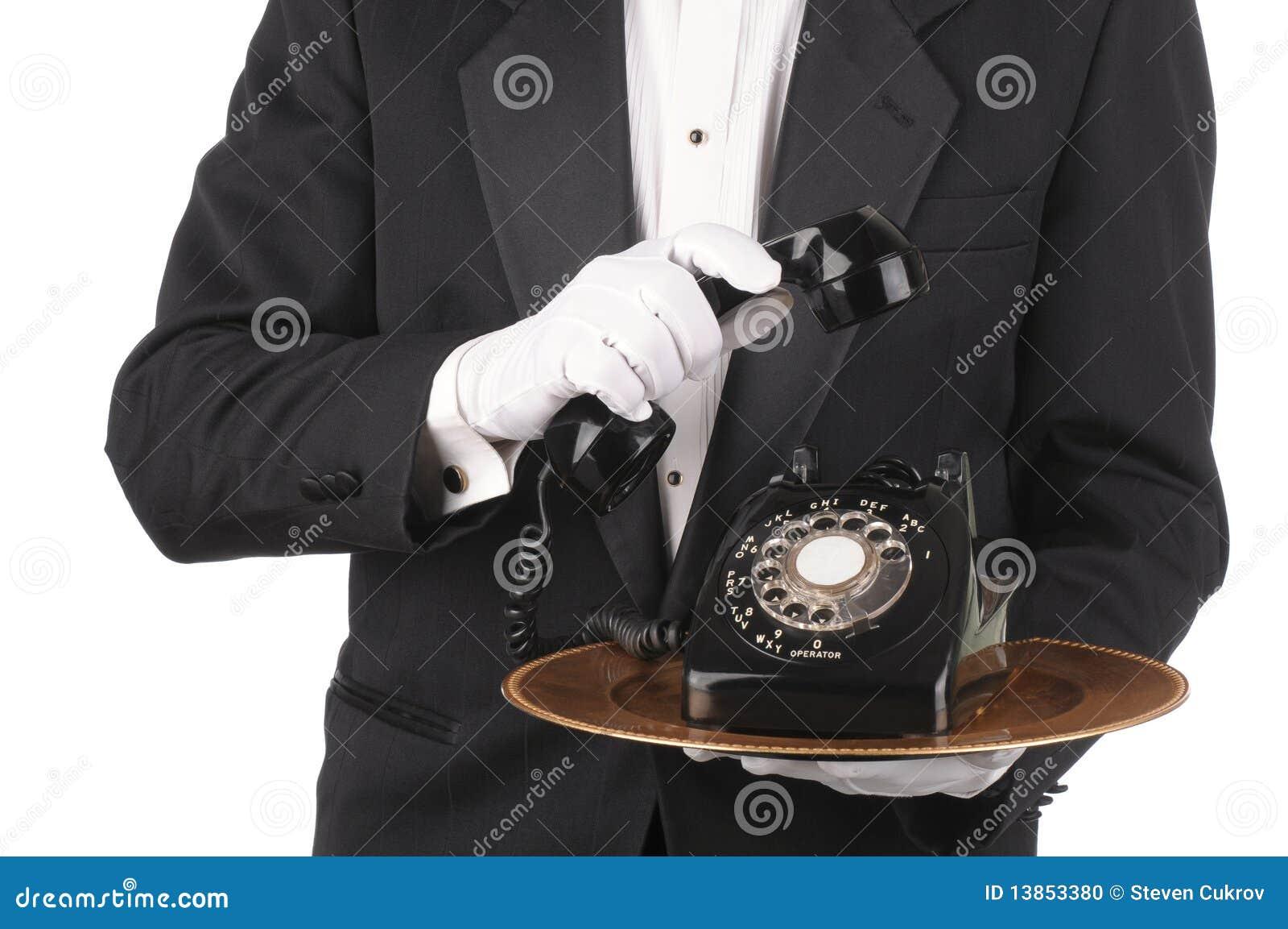 Maggiordomo con il telefono sul cassetto