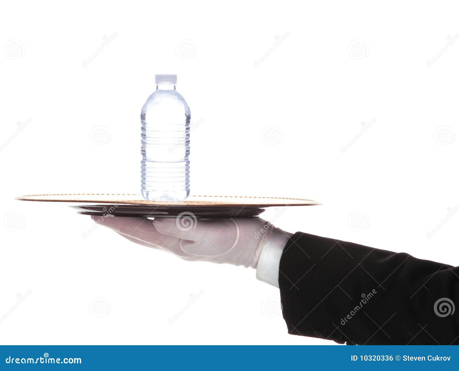 Maggiordomo con la bottiglia di acqua sul cassetto