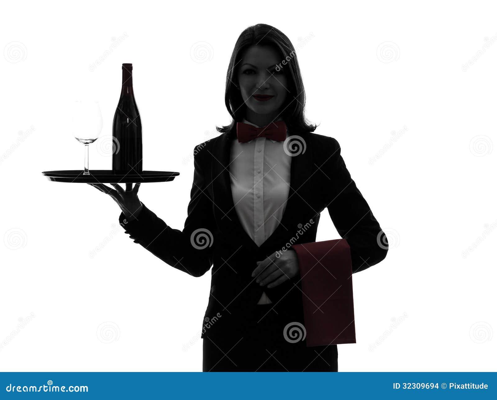 Maggiordomo del cameriere della donna che serve la siluetta del vino rosso