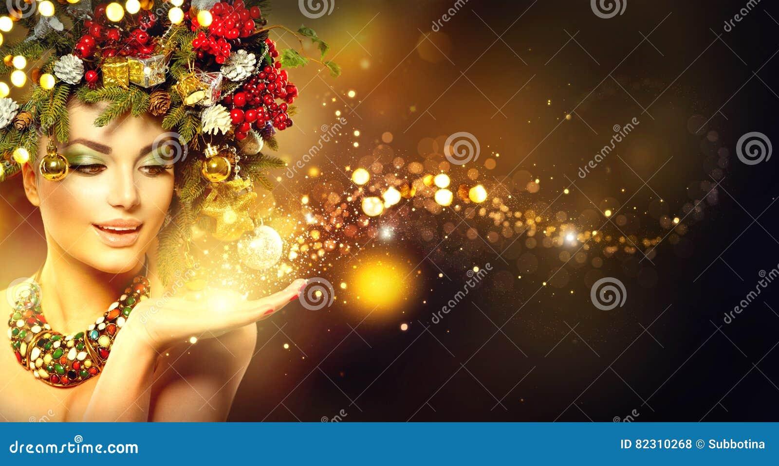 Magia de la Navidad Modelo de la belleza sobre fondo borroso día de fiesta