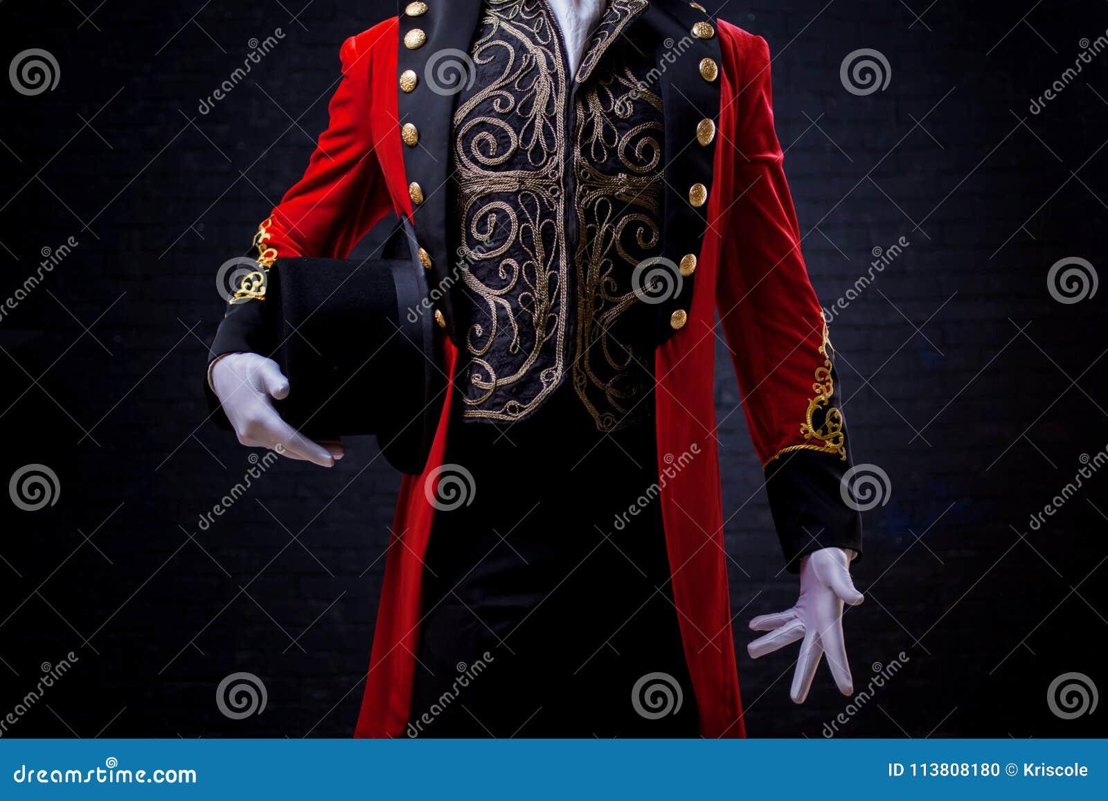 Magicien Plan rapproché de main dans les gants le type dans la camisole rouge et le cylindre
