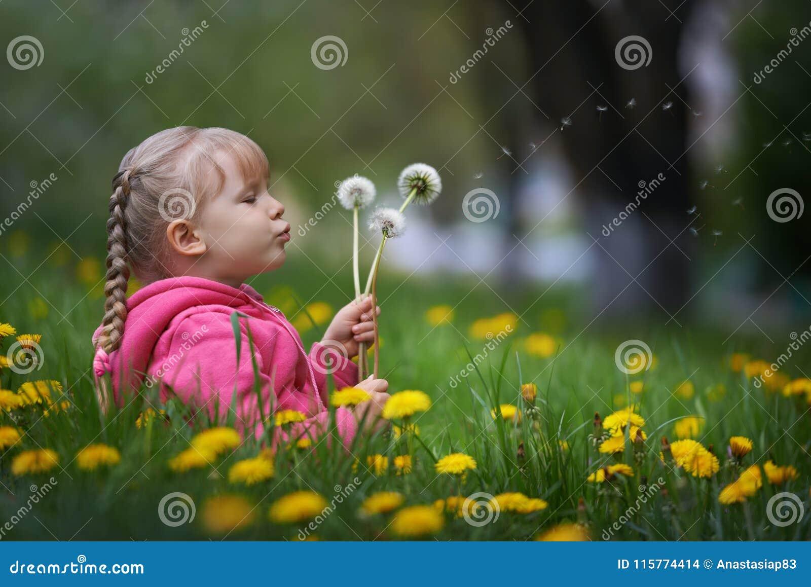 Magiczny niewidziany dandelion cios