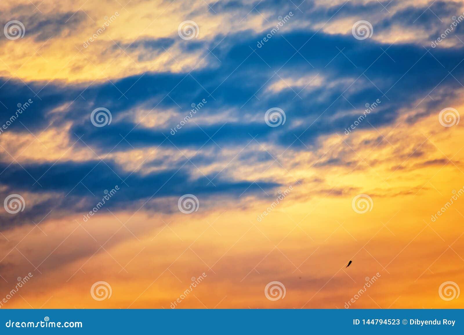 Magie crépusculaire de couleur de ciel avec des nuages