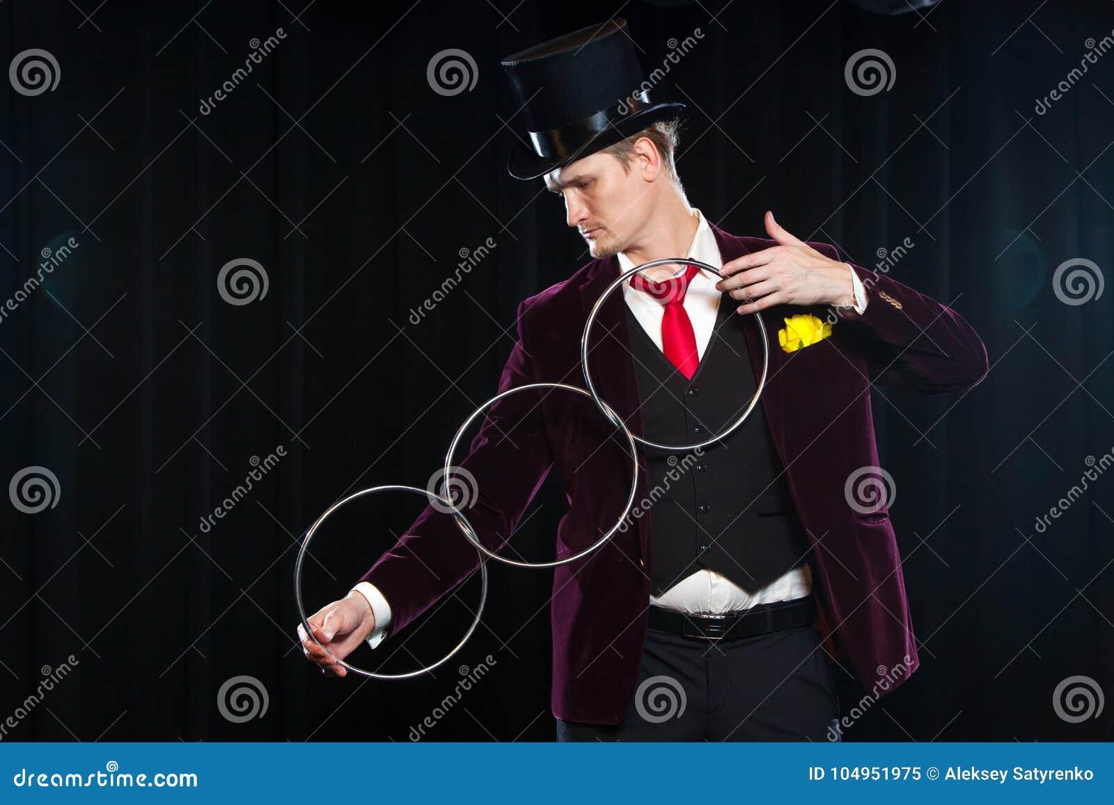 Magie, Leistung, Zirkus, Showkonzept - Magier im Zylindervertretungstrick mit der Verbindung schellt