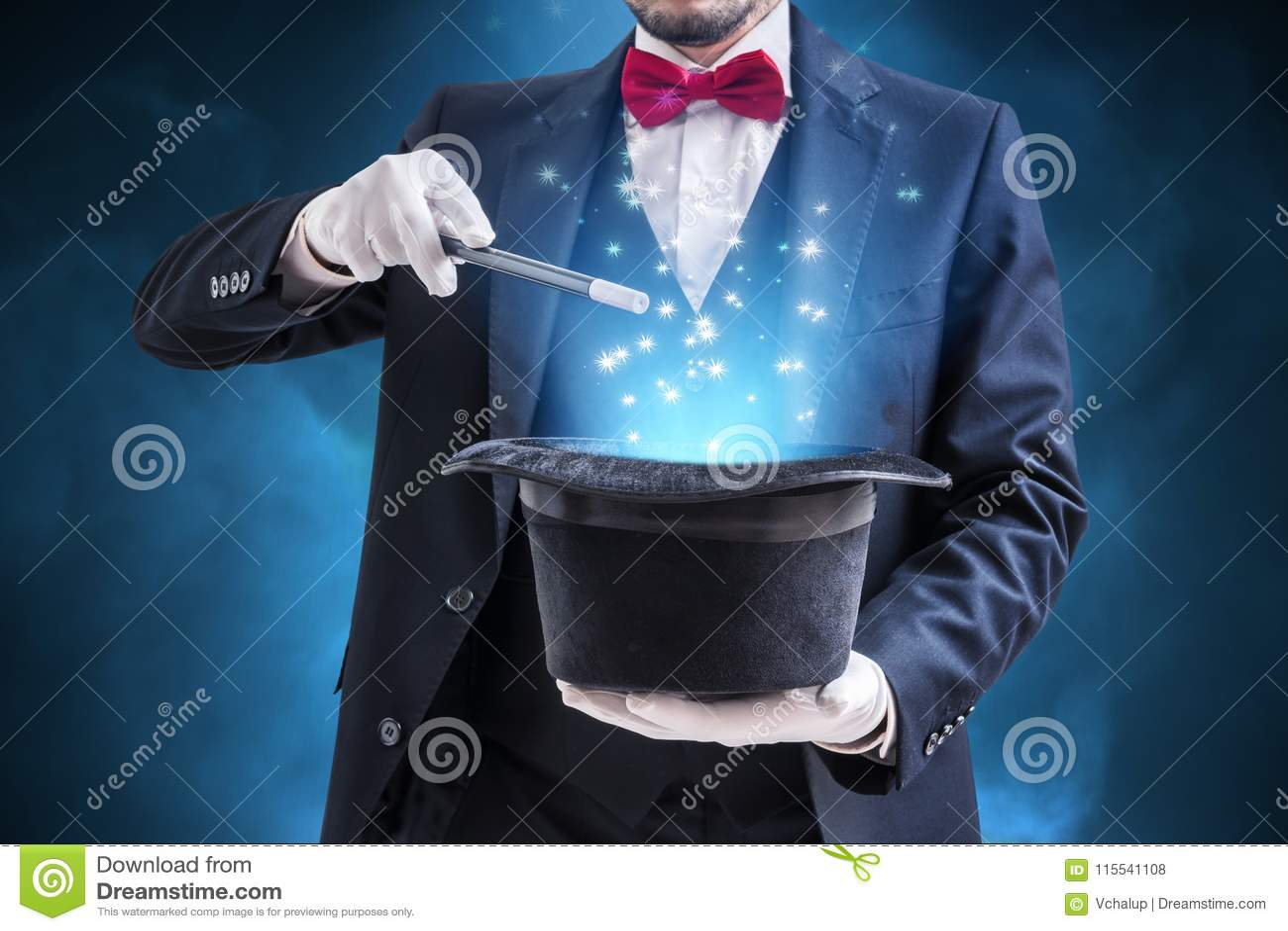 Magik lub iluzjonista pokazujemy magiczną sztuczkę Błękitny sceny światło w tle