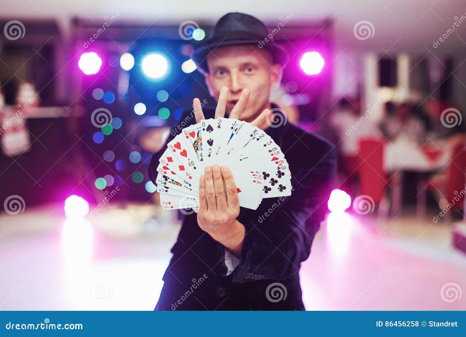 Magika seansu sztuczka z karta do gry Magia, cyrk