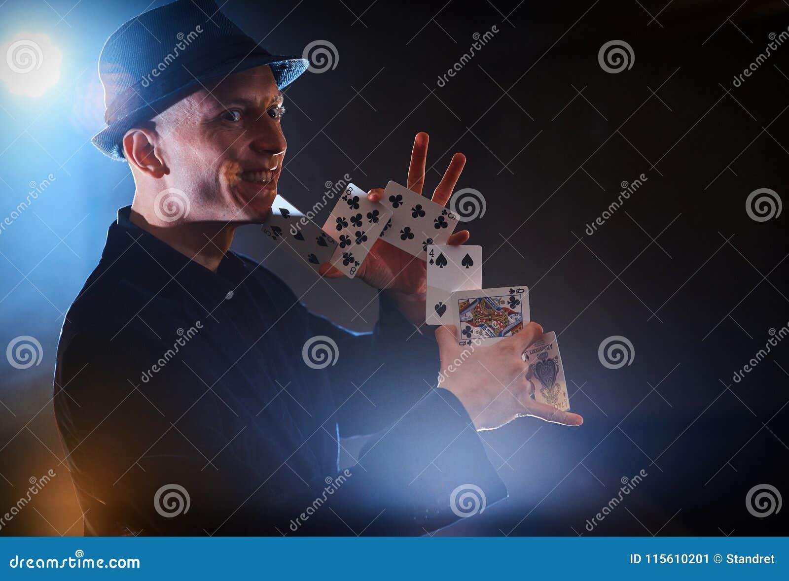 Magika seansu sztuczka z karta do gry Magia lub zręczność, cyrk, uprawia hazard Kuglarka w ciemnym pokoju z mgłą