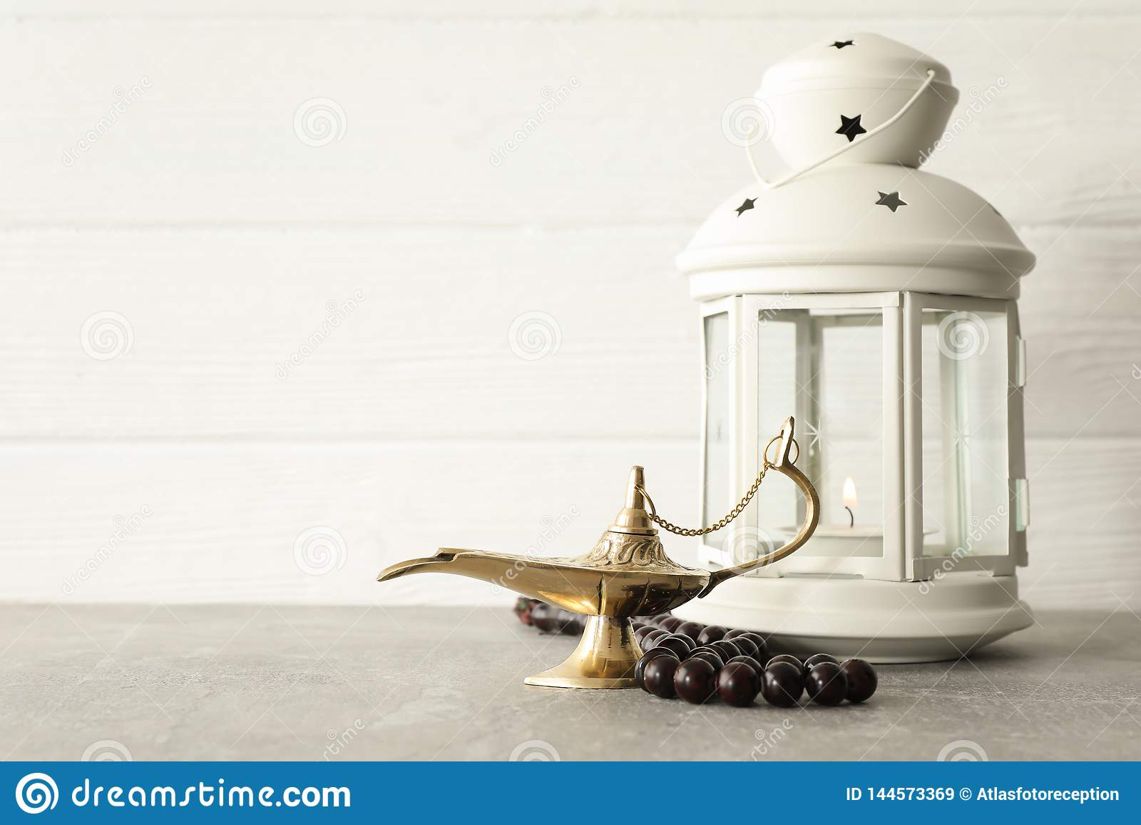 Magisch Aladdin Lamp met gebedparels en Ramadanlantaarn op grijze lijst