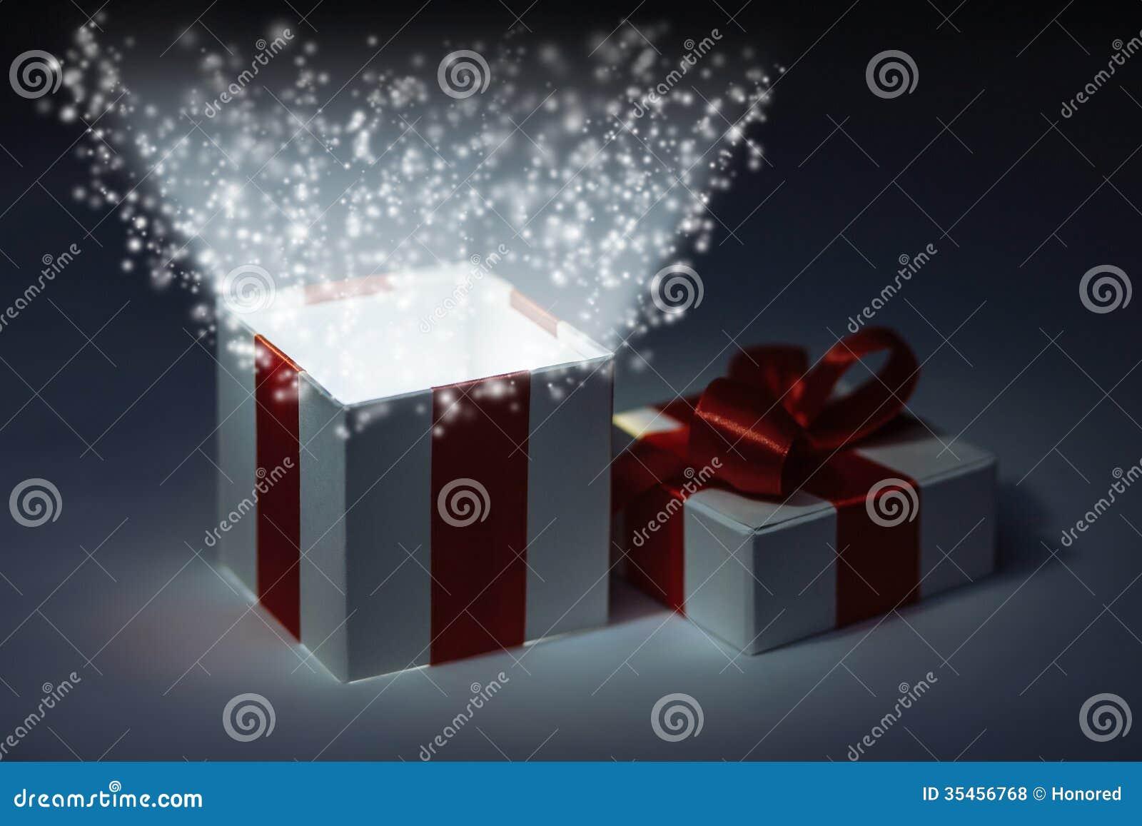 Magische Geschenkbox stockfoto. Bild von glücklich, kasten - 35456768