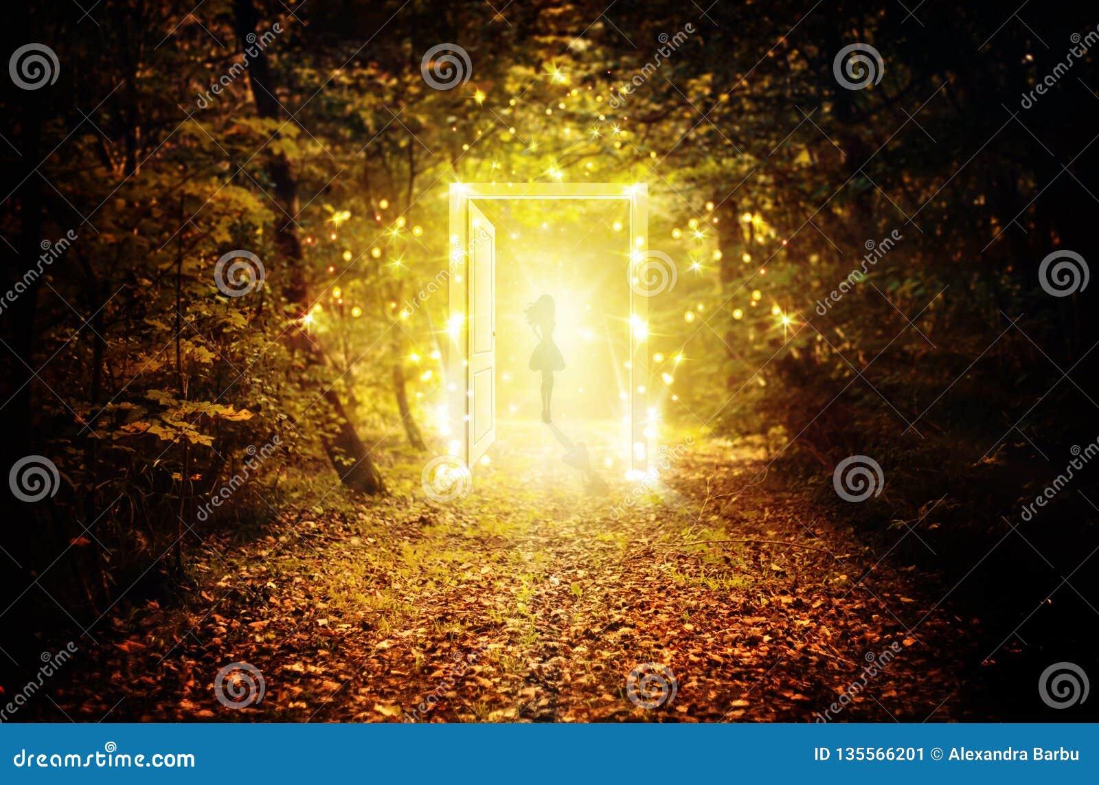 Magische gloeiende deur in het verrukte bos