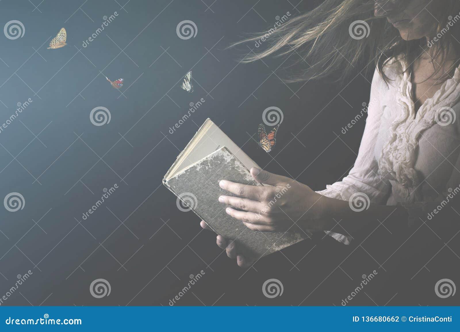 Magische Schmetterlinge kommen aus ein Buch heraus, das von einer Frau gelesen wird