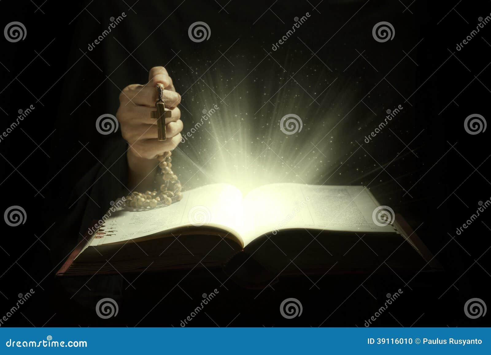 Magische stralen van heilige bijbel