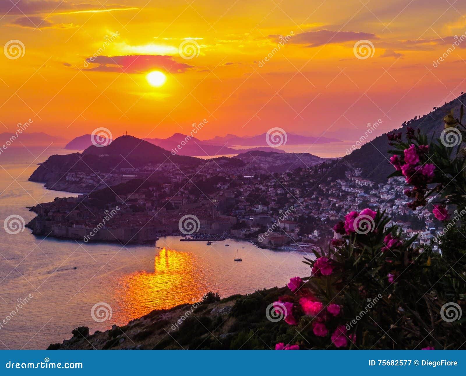 Magischer Sommersonnenuntergang in Dubrovnik, Kroatien