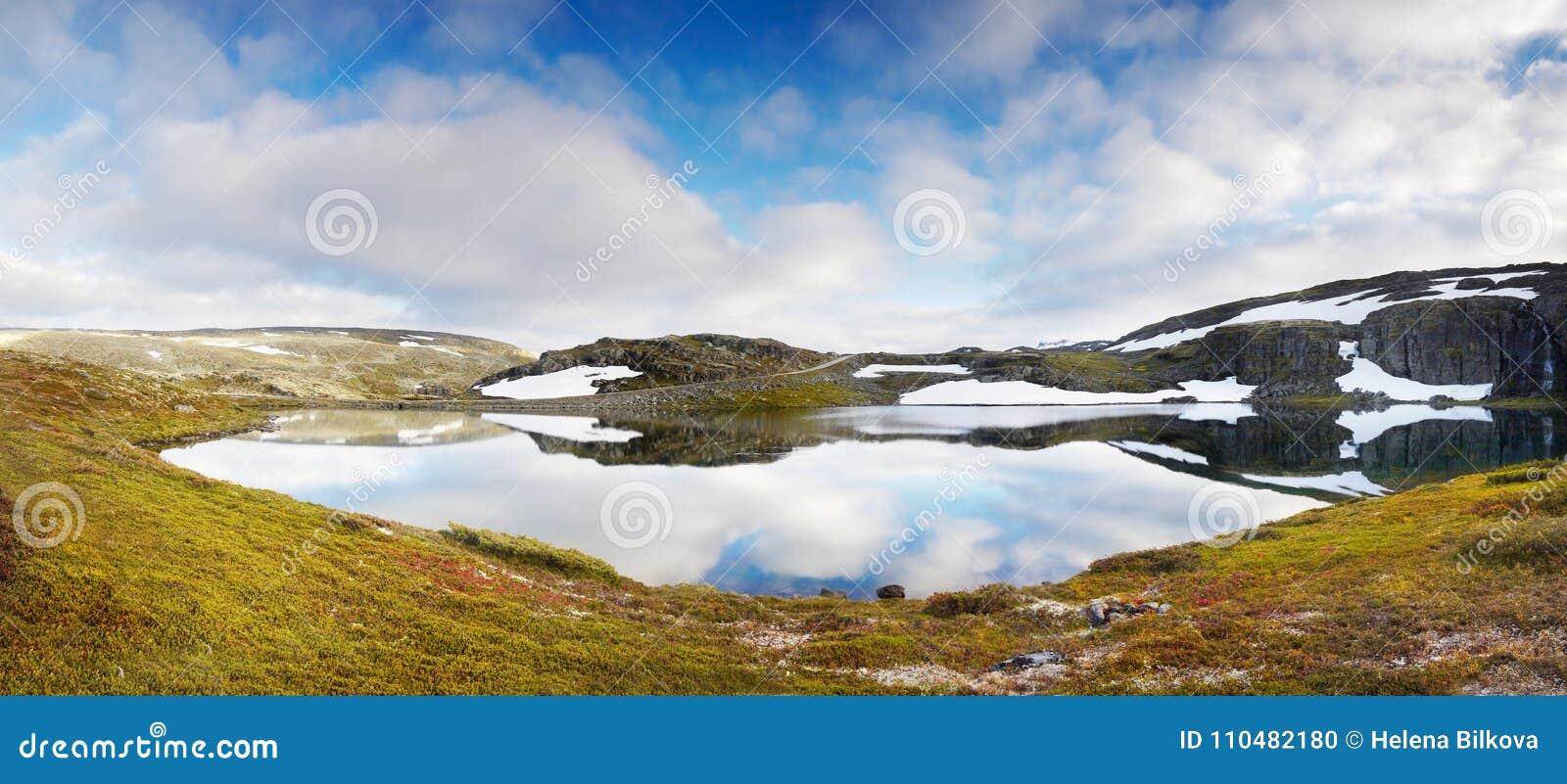 Magisk glaciär sjö, sommarberglandskap