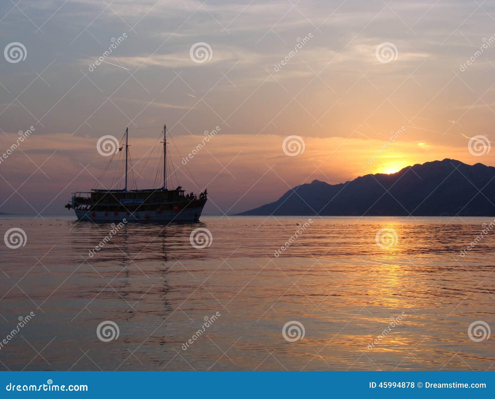 Magisk solnedgång med skeppet