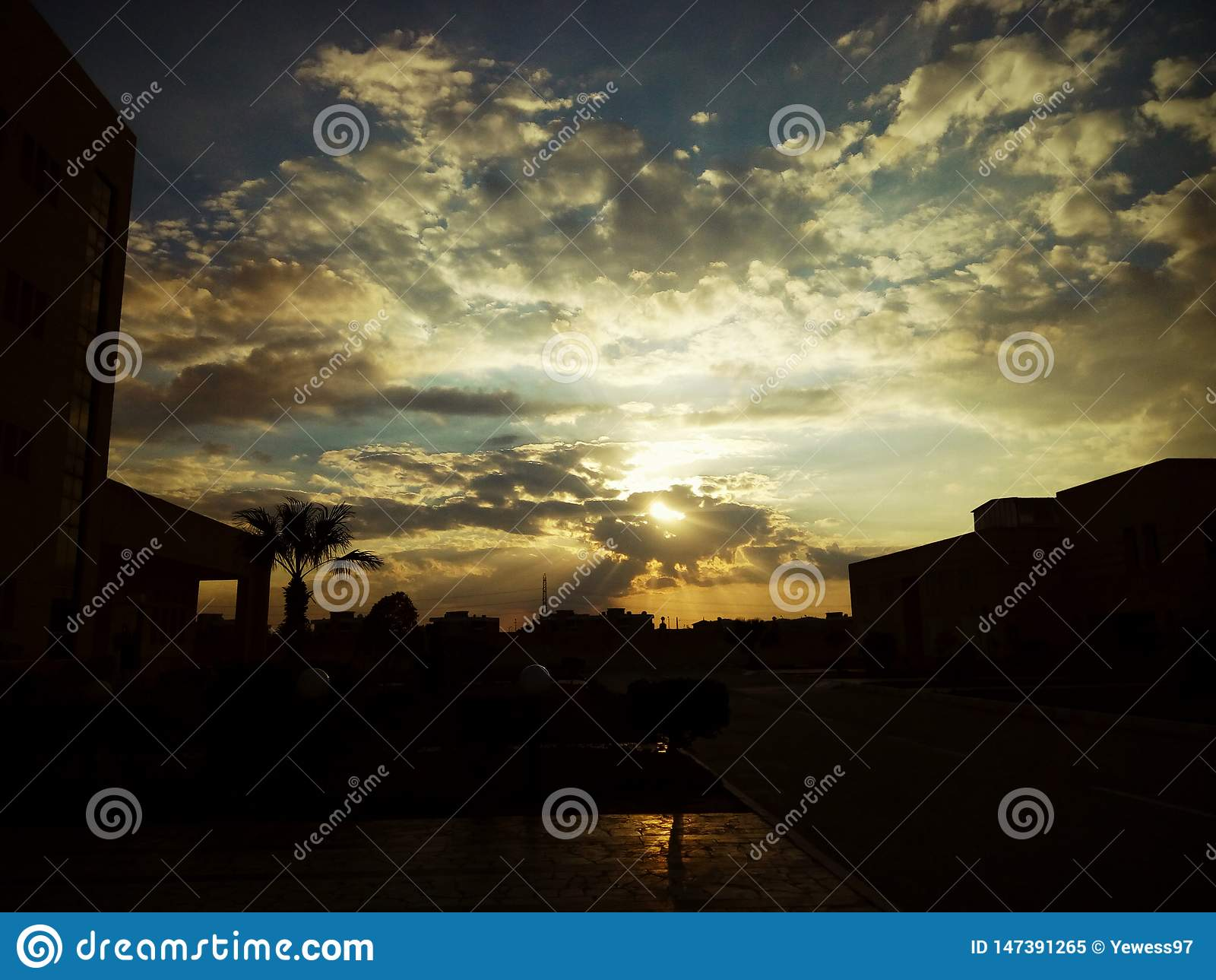 Magisk solnedgång till och med molnen