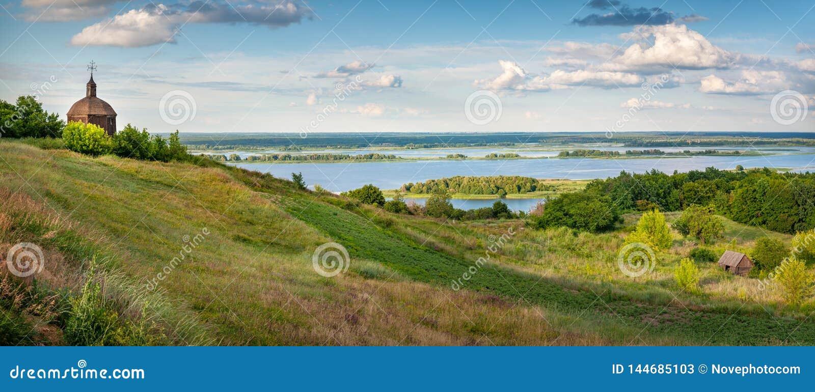 Magiskt landskap av kullarna av floden Dnipro Dnieper i aftonljuset L?ge av byn av Vytachiv, Ukraina,