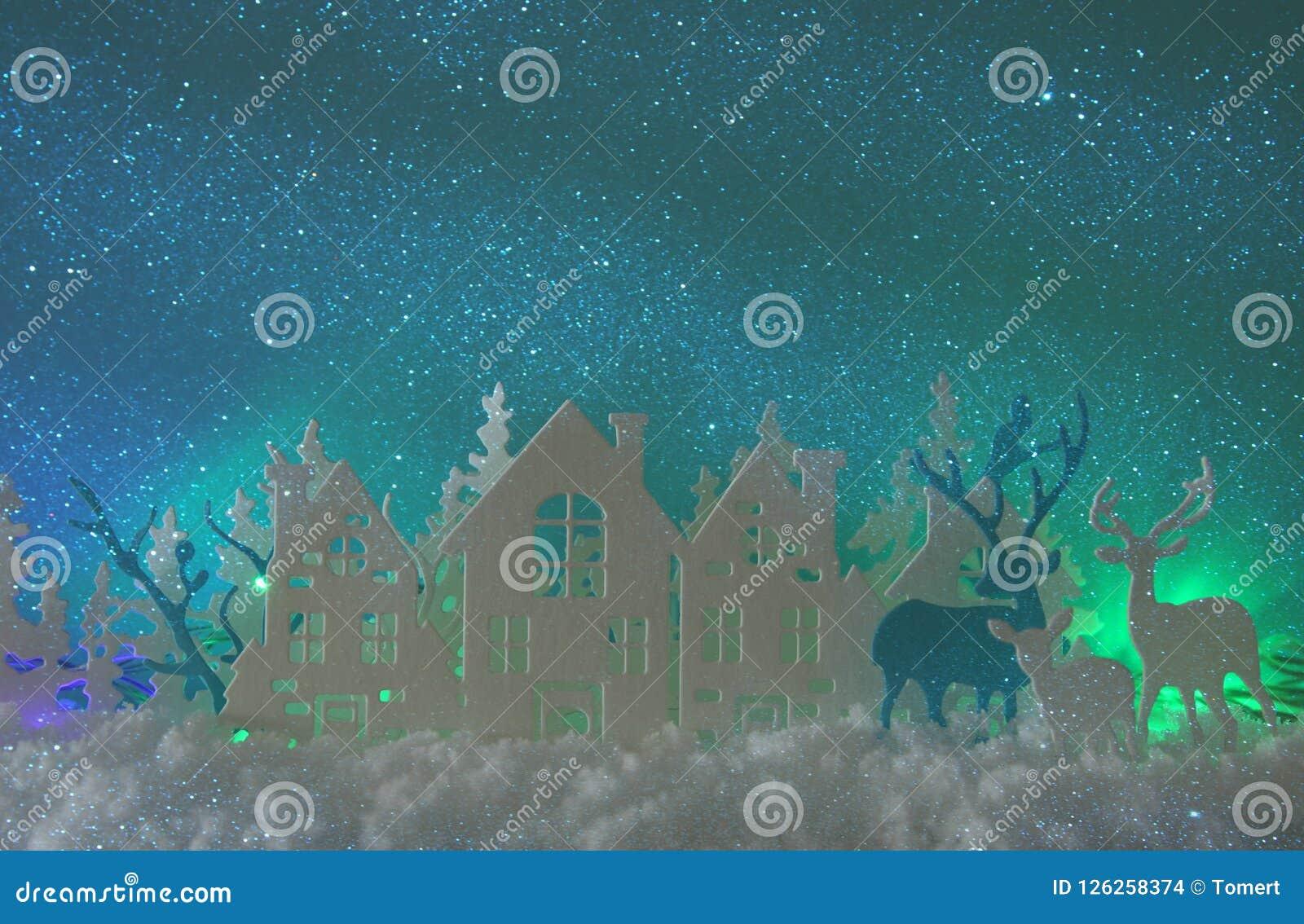 Magiskt landskap för bakgrund för vinter för julpapperssnitt med hus, träd, hjortar och den insnöade framdelen av bakgrund för no