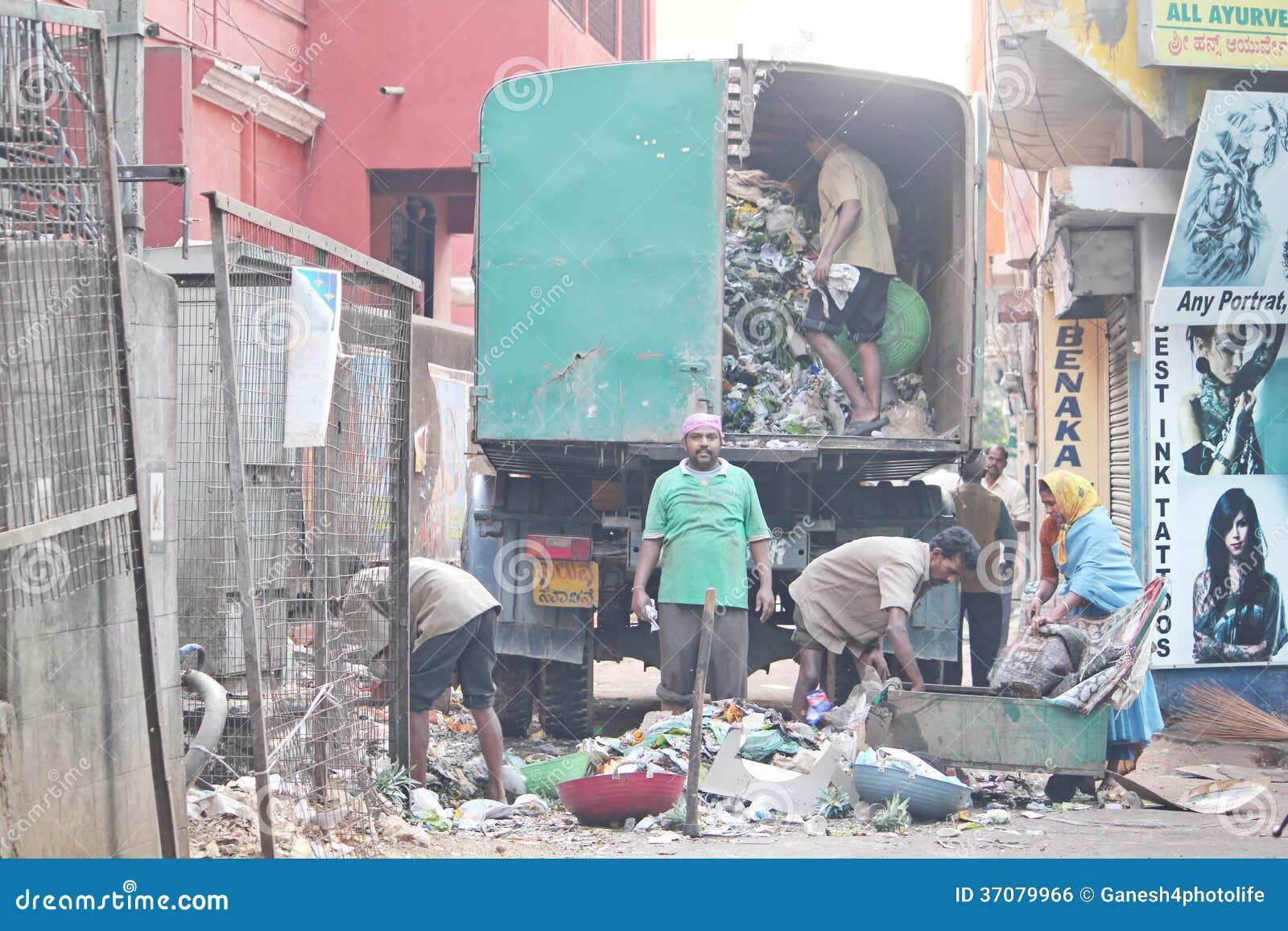 Download Magistraccy Pracownicy Rozjaśnia Marnotrawstwo Zdjęcie Editorial - Obraz złożonej z odpady, drena: 37079966