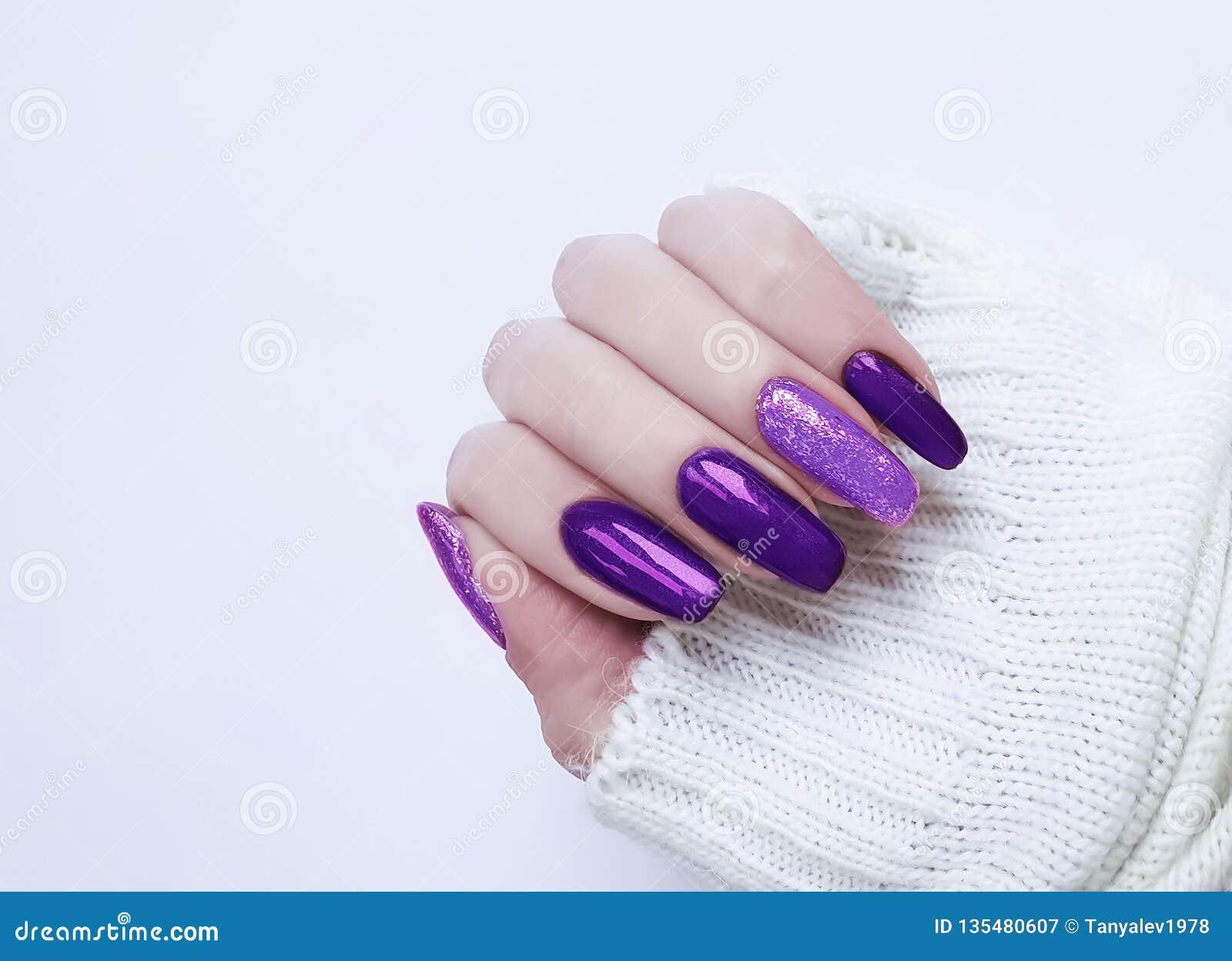 Maglione femminile del manicure della mano
