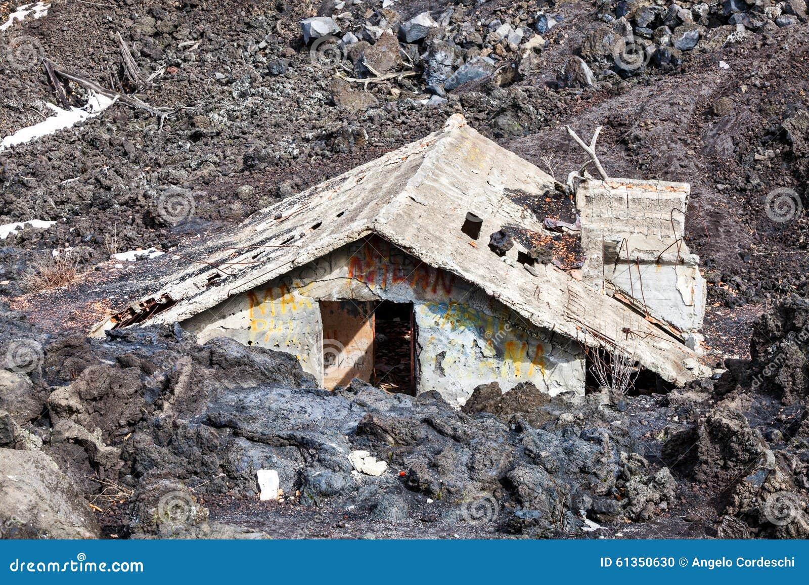 magma maison engloutie par la lave catastrophe naturelle photo stock image 61350630